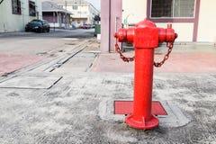 Boca de incêndio de fogo vermelho na área comercial estratégica pronta para o emergenc Fotos de Stock