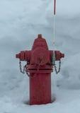 Boca de incêndio de fogo vermelho na neve profunda Foto de Stock