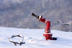 Boca de incêndio de incêndio no heliporto nevado, Italy. foto de stock royalty free