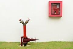 A boca de incêndio de incêndio vermelho e a mangueira de incêndio Fotos de Stock Royalty Free