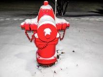 boca de incêndio e neve de fogo vermelho Fotos de Stock