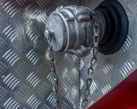 Boca de incêndio de fogo na máquina tampa na boca de incêndio imagem de stock royalty free
