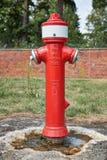 Boca de incêndio de fogo vermelho alemão em um parque com os dois conectores da mangueira e RUÍDO 80 escrito nele fotos de stock royalty free