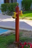 Boca de incêndio de fogo vermelho com conectores amarelos A boca de incêndio de fogo ou a bomba de fogo, representam o ponto da c fotografia de stock royalty free