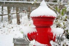 Boca de incêndio vermelha coberta pela neve Imagens de Stock
