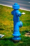 Boca de incendios azul, fuente de servicio del agua a Imagenes de archivo