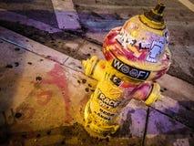 Boca de incendios de la calle destrozada ingeniosamente imagenes de archivo