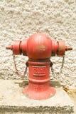 Boca de incendios roja en la ubicación Imágenes de archivo libres de regalías