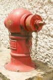 Boca de incendios roja en la ubicación Imagenes de archivo
