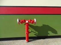 Boca de incendios roja viva Foto de archivo