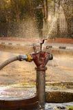 Boca de incendios vieja bajo presión para pasar el agua Fotografía de archivo
