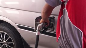 Boca de la gasolina que rellena encima del tanque de gasolina del coche almacen de video