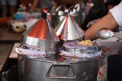 Boca de los tallarines del pote en el mercado callejero en Tailandia Imagen de archivo libre de regalías
