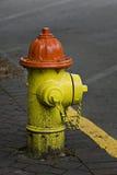 Boca de riego de fuego anaranjada y amarilla Fotos de archivo libres de regalías