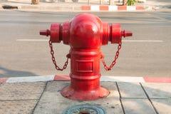 Boca de riego de fuego rojo en la calle Foto de archivo