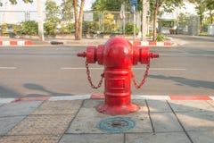 Boca de riego de fuego rojo en la calle Foto de archivo libre de regalías