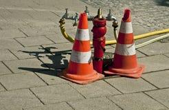 Boca de riego de la calle con los conos del tráfico Fotos de archivo