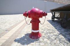 Boca de riego del agua roja en la calle Foto de archivo libre de regalías