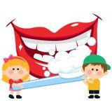 Boca de sorriso, crianças que guardam uma escova de dentes e que escovam os dentes Fotografia de Stock