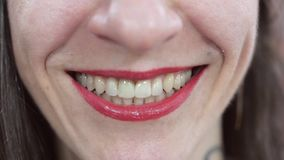 Boca de sorriso da mulher com bordos vermelhos Fim acima Dentes brancos riso emoção vídeos de arquivo