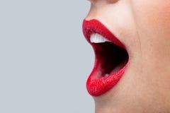 Boca de Womans abierta de par en par con el lápiz labial rojo. foto de archivo libre de regalías