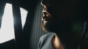 Boca del cantante de sexo masculino que canta en estudio de los sonidos Nueva canción de la grabación irreconocible del hombre El almacen de video