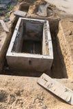 Boca del tubo del drenaje debajo del emplazamiento de la obra fotos de archivo