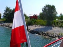 A boca do Rhine River no lago, vista do lago chamou Bodensee à costa, com a locomotiva de estrada de ferro pequena foto de stock