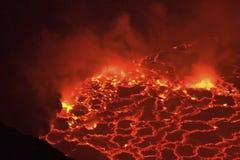 Boca do vulcão com magma Magma derretido no focinho imagens de stock royalty free