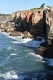 Boca fa l'inferno & x28; Hell& x27; s Mouth& x29; in Cascais, il Portogallo fotografia stock libera da diritti