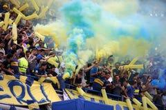 Boca Juniors fans som använder signalljus royaltyfri foto