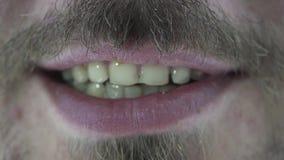 Boca masculina con los dientes amarillos almacen de video