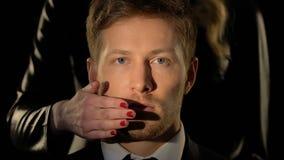 Boca masculina de cierre de la mujer, concepto de la censura, ninguna opinión personal, primer almacen de metraje de vídeo