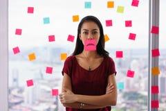 Boca ocupada de Person Holds Sticky Note On com Emoticon Fotografia de Stock