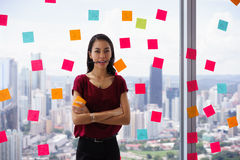 Boca ocupada de Person Holds Sticky Note On com Emoticon Fotografia de Stock Royalty Free