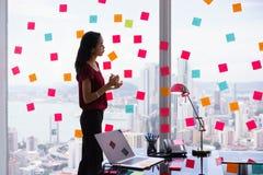 Boca ocupada de Person Holds Sticky Note On com Emoticon Imagem de Stock