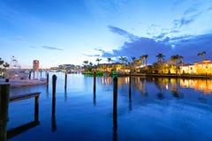 Boca Raton returnerar reflexioner på natten, Florida Arkivfoton