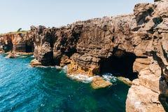 Boca robi jatce - nadmorski falezy blisko do Portugalskiego miasta Cascais obrazy stock