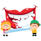 Boca sonriente, niños que sostienen un cepillo de dientes y que cepillan los dientes Fotografía de archivo