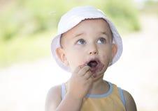 Boca suja da criança comendo amoreiras Foto de Stock