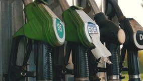 Boca vieja del surtidor de gasolina de la gasolina o de gas de la gasolinera Estación de servicio Relleno del coche del combustib almacen de video