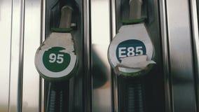 Boca vieja del surtidor de gasolina de la gasolina o de gas de la gasolinera Estación de servicio Relleno del coche del combustib almacen de metraje de vídeo
