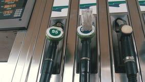 Boca vieja del surtidor de gasolina de la gasolina o de gas de la gasolinera Estación de servicio Relleno del coche del combustib metrajes