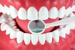 Boca y espejo dental Imagenes de archivo