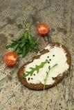 Bocadillo abierto sano con queso fresco con arugula, el tomate y la pimienta Fotos de archivo