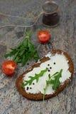 Bocadillo abierto sano con queso fresco con arugula, el tomate y la pimienta Fotos de archivo libres de regalías