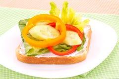 Bocadillo con el bizcocho tostado y las verduras Fotos de archivo