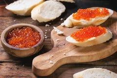 Bocadillo con el caviar rojo Fotografía de archivo libre de regalías