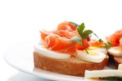 Bocadillo con el huevo y los salmones Foto de archivo libre de regalías