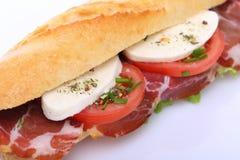 Bocadillo con el jamón, la mozzarella y el tomate Fotos de archivo libres de regalías